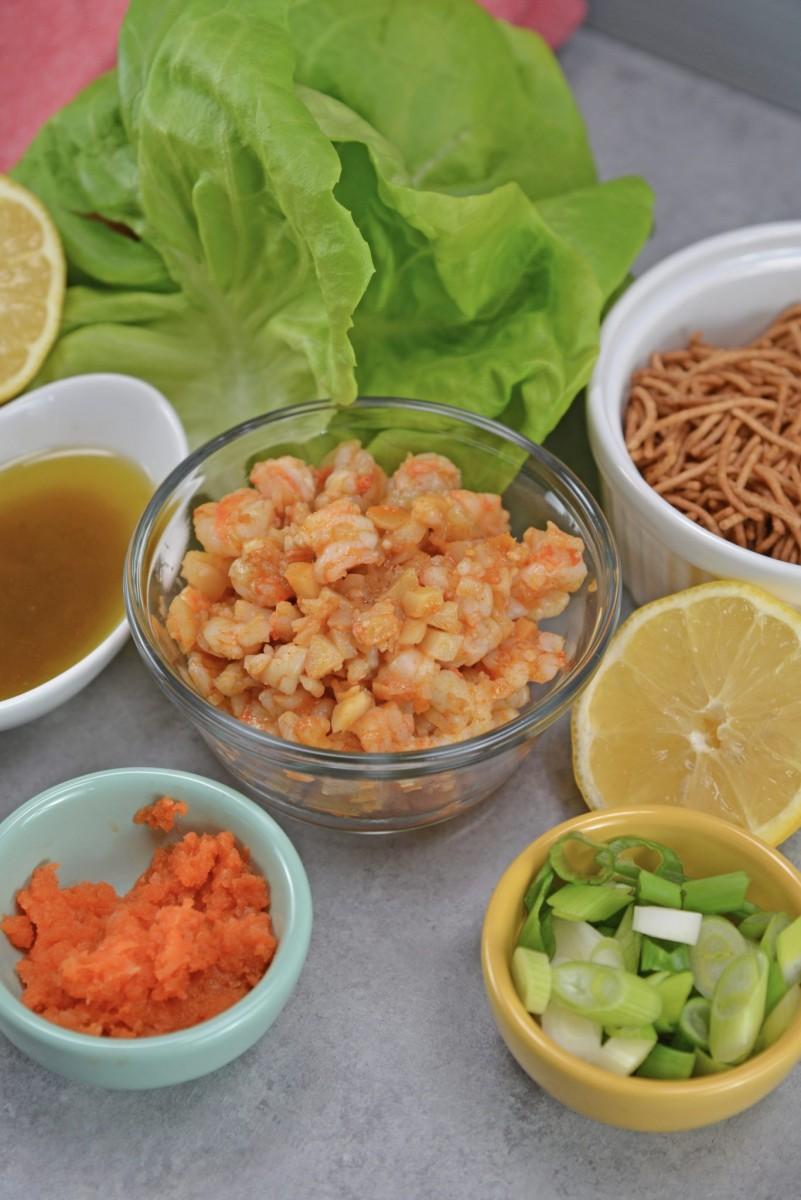Kopfsalat rollt mit Garnelen