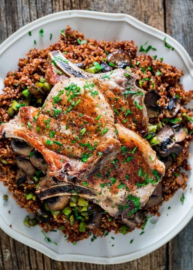 Ein Pan Schweinekoteletts mit Quinoa