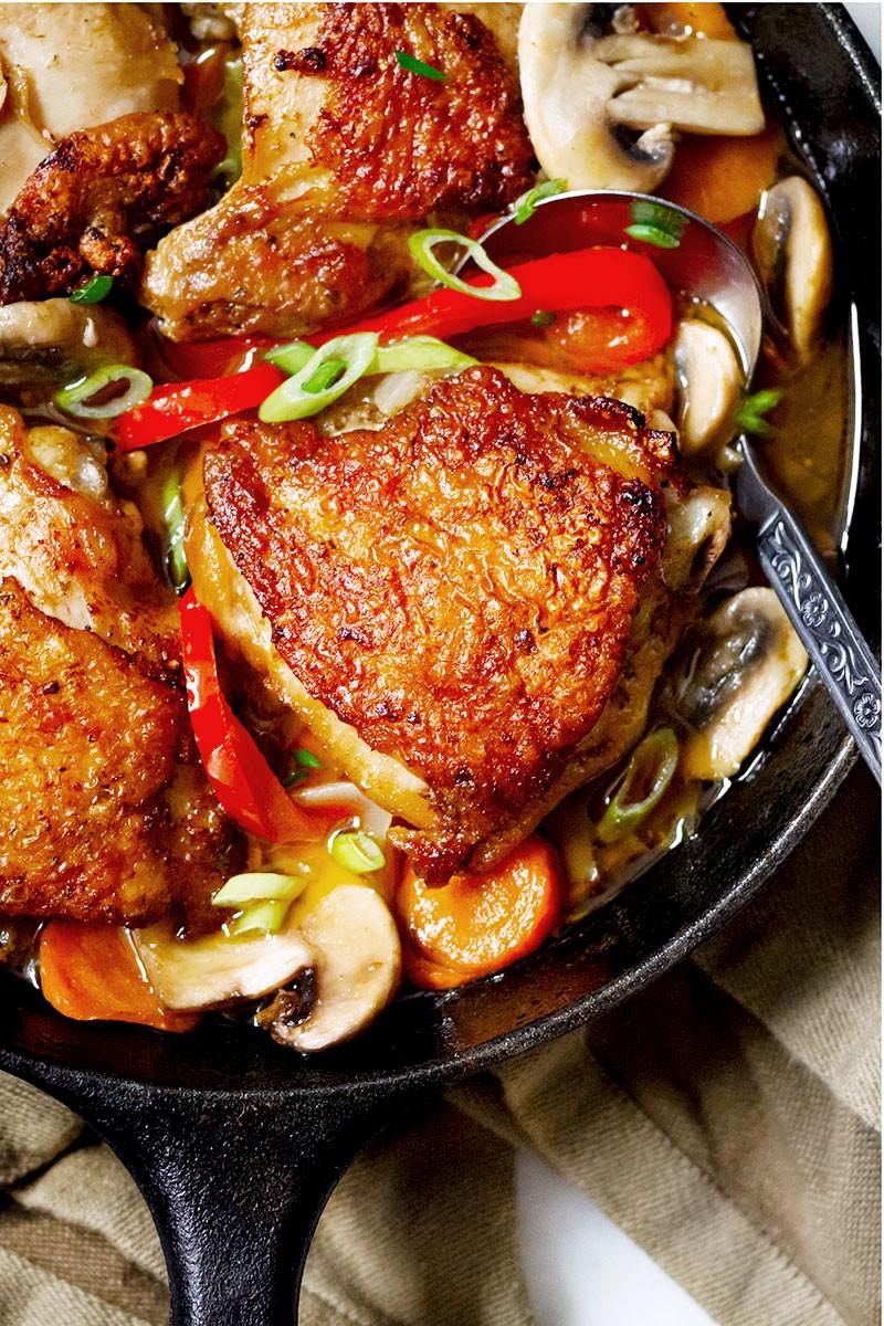 Ein Skillet Huhn mit Knoblauch Cajun Sauce