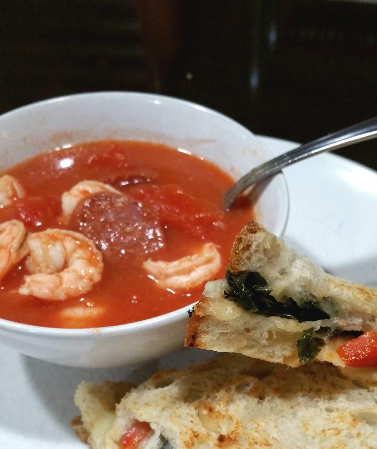 Shrimps und Chorizo Vorspeisen mit gerösteten Pepper Soup