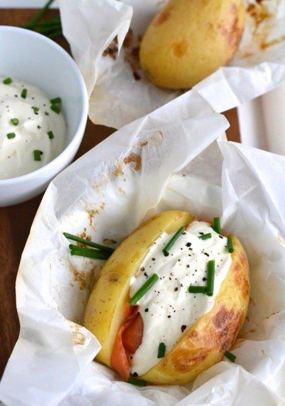 Ofenkartoffeln in der Folie mit geräuchertem Lachs