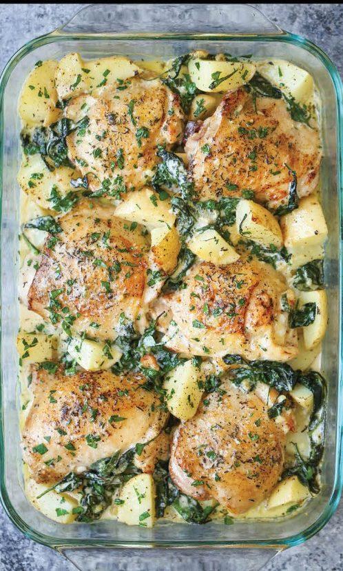 Ein Pan Huhn und Kartoffeln mit Knoblauch-Parmesan-Spinats-Sahnesauce